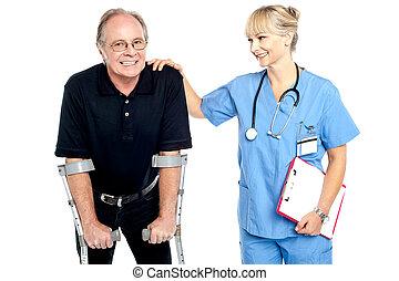 vrolijk, arts, aanmoedigen, haar, patiënt, om te lopen, met,...