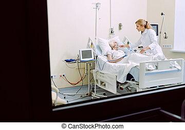 vrolijk, arts, bezoeken, senior, patiënt, met, zuurstofmasker