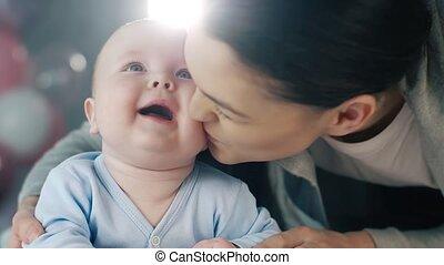 vrolijk, baby, zijn, moeder