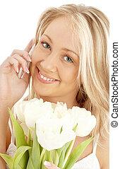 vrolijk, blonde , met, witte , tulpen, en, telefoon