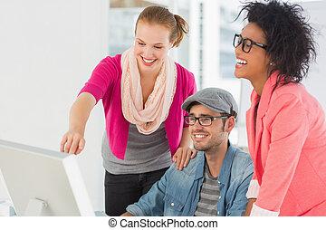 vrolijk, computer, drie, werkende , kunstenaars