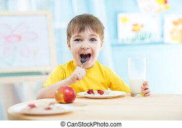 vrolijk, eten, gezonde , kleuterschool, voedingsmiddelen, thuis, of, geitje
