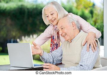 vrolijk, gebruik, senior koppel, draagbare computer
