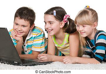 vrolijk, gebruikende laptop, geitjes, drie