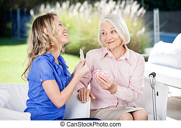 vrolijk, het tonen, kleindochter, grootmoeder, kaarten, ...