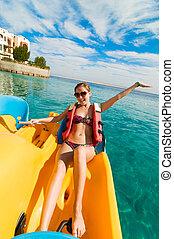 vrolijk, jonge vrouw , paardrijden, catamaran