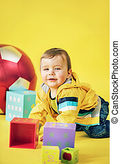 vrolijk, jongen, spelend, de bakstenen van het stuk speelgoed