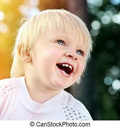 vrolijk, klein kind, buiten