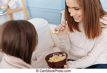 vrolijk, moeder, geven, ontbijt, om te, haar, dochter