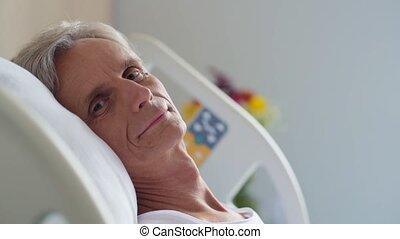 vrolijk, oud, man, het liggen, in, een, patientenbed