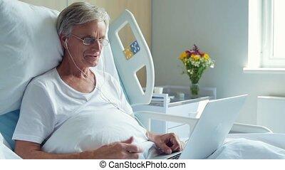 vrolijk, oud, mens het spreken, door, het internet, in het ziekenhuis