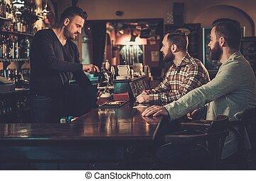 vrolijk, oude vrienden, drinkt, wisselbrief, bier, op,...