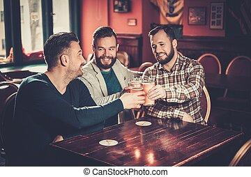 vrolijk, oude vrienden, hebbend plezier, en, drinkt,...
