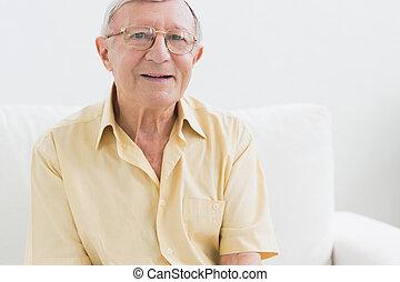 vrolijk, oudere man, kijken naar van fototoestel