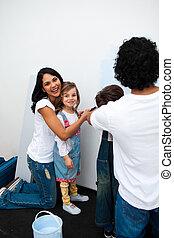 vrolijk, ouders, met, hun, kinderen, schilderij, een, kamer