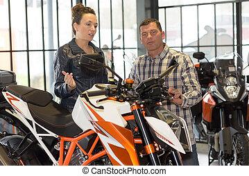 vrolijk, paar, motorfiets, aankoop