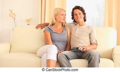 vrolijk, paar, zittende , op, een, sofa, w