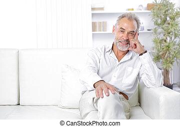 vrolijk, senior, zakenman, zitting op de laag, in, de werkkring