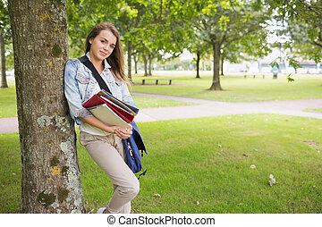 vrolijk, student, leunend, boompje, ho