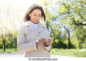 vrolijk, vrouw, gebruik, smartphone
