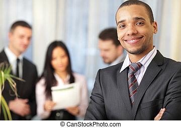 vrolijke , afrikaans-amerikaan, zakenman, met, zijn, team, werkende , achter
