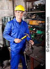 vrolijke , blauwe boord werker, werkende , in, workshop