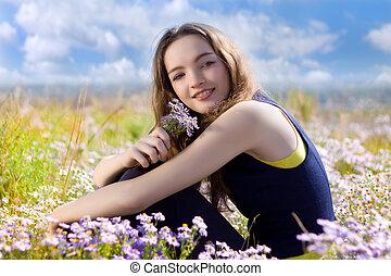vrolijke , bloemen, tiener, weide, jonge