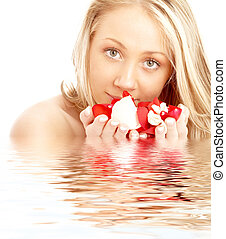 vrolijke , blonde , in, water, met, rood en wit, kroonbladen