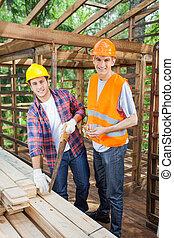 vrolijke , bouwpersoneel, werken aan, bouwterrein