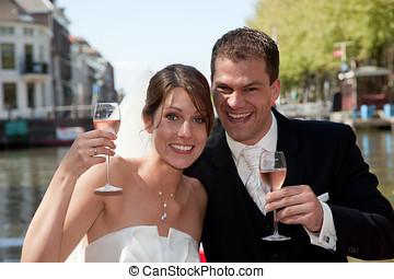 vrolijke , bruid en bruidegom