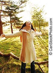 vrolijke , brunette, vrouw, in, herfst, scène