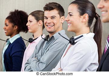 vrolijke , calldesk, werknemer, staand, in, roeien, met, collega's