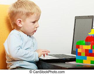 vrolijke , childhood., jongen kind, geitje, spelend, op, laptop., op, home.