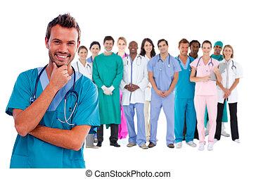 vrolijke , chirurg, met, medisch personeel, achter, hem
