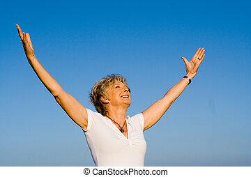 vrolijke , christen, oude vrouw, armen tilden op, in, geloof, en, lof