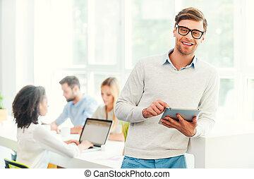vrolijke , collega's, werkende , tablet, zakelijk, digitale , nakomeling kijkend, zijn, achtergrond, vasthouden, camerawhile, smile., man
