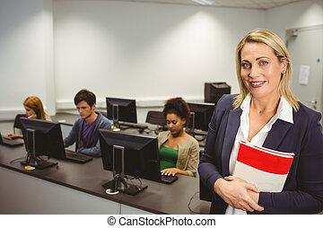 vrolijke , computer, leraar, het glimlachen, aan fototoestel, gedurende, haar, stand