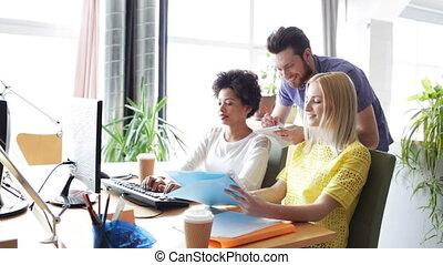 vrolijke , creatief, team, met, computers, in, kantoor
