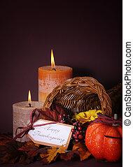 vrolijke , dankzegging, cornucopia, wicker mand, met, autumn leaves, pompoen, en, groet, label, op, candlelit, achtergrond., verticaal, met, kopie, space.