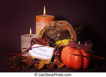 vrolijke , dankzegging, cornucopia, wicker mand, met, autumn leaves, pompoen, en, groet, label, op, candlelit, achtergrond.