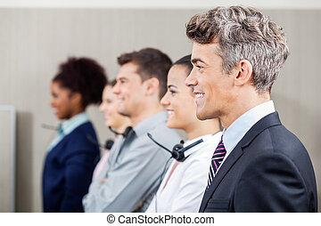 vrolijke , directeur, staand, in, roeien, met, calldesk, werknemers