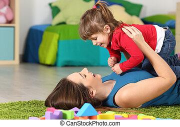 vrolijke , dochter, spelend, haar, moeder
