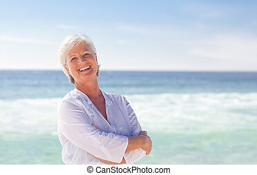 vrolijke , gepensioneerd, vrouw, op het strand