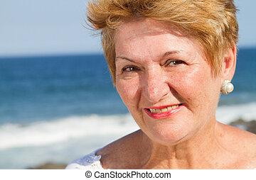 vrolijke , gepensioneerde, op, strand
