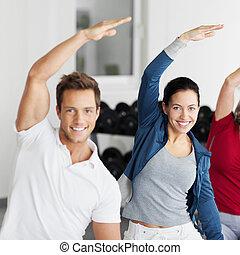 vrolijke , groep, doen, uitrekkende oefening, in, gym