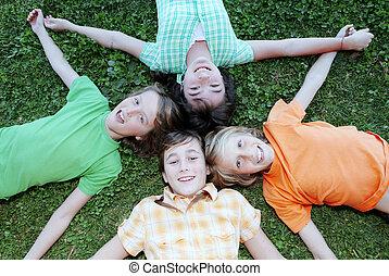 vrolijke , groep jonge geitjes, op, zomer kamp