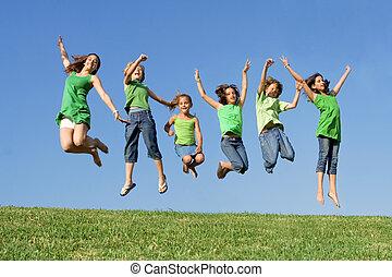 vrolijke , groep, van, gemengde race, geitjes, op, zomer kamp, of, school, springt