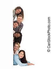 vrolijke , groep, van, jonge, vrienden, het gluren, van achter, een, muur