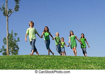 vrolijke , groep, van, zomer kamp, of, school geitjes, holdingshanden
