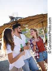 vrolijke , groepering van jonge mensen, hebbend plezier, op, strand